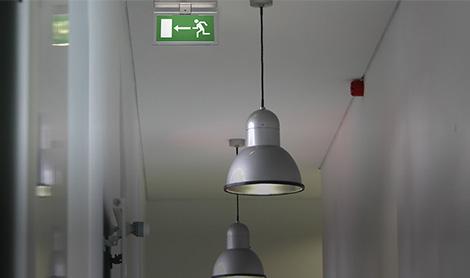 Complete oplossing rond noodverlichting, vluchtwegaanduiding, testsystemen en handlampen